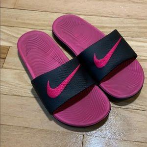 Nike soccer slides size 4 girls